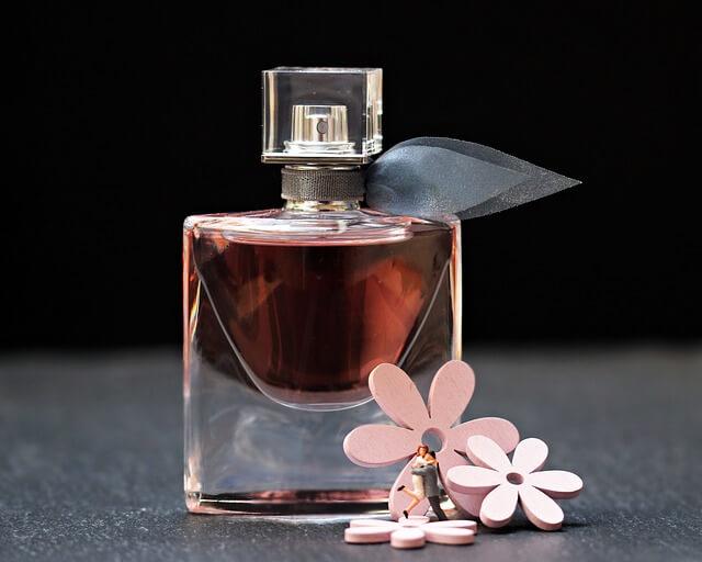 Jak pozbyć się zapachu perfum z ubrań?